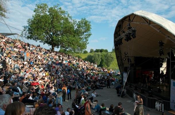 """""""Volles Haus"""" und Sonne satt beim Theatron Pfingstfestival 2012 am Pfingstsonntag   Foto: Monika Schreiner"""