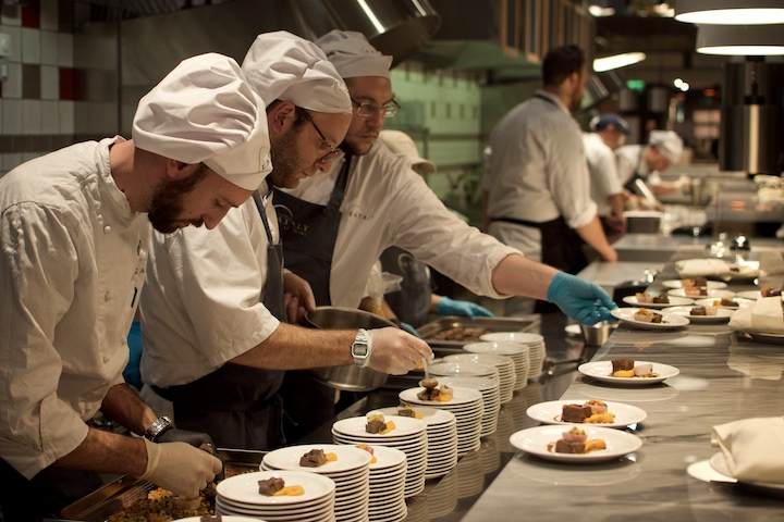 Bei Pre Opening durfte die Küche schon mal zeigen, was sie alles drauf hat   Foto: Monika Schreiner