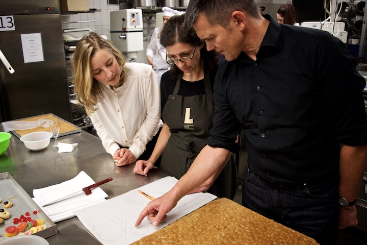 Das Team um Prof. Regine Keller diskutiert die ersten Entwürfe | Foto: ISARBLOG