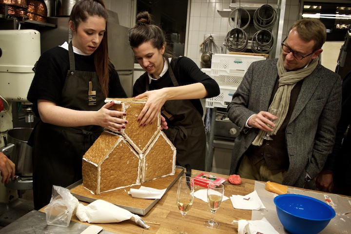 Das Team von 03 Architekten baute 03 Häuser in einer ungewöhlichen Anordnung. Prof. Andreas Meck scheint der Entwurf zu gefallen | Foto: ISARBLOG