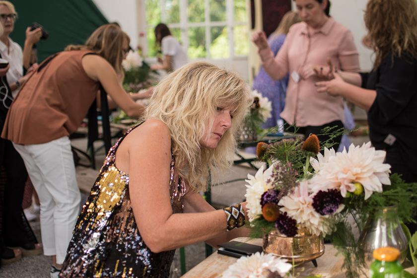 Jurorin Gudy Herder konzentriert beim Blumen stecken| Foto: Monika Schreiner