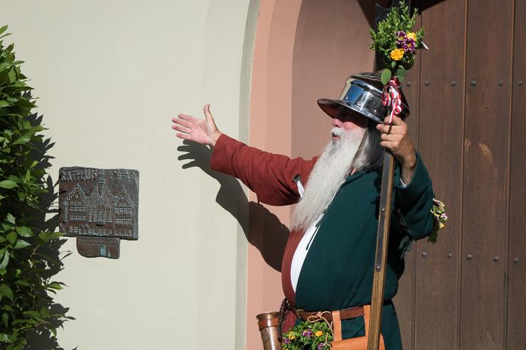 Wachmann vor dem Landhuter Rathaus - #WirEntdeckenBayern - ISARBLOG
