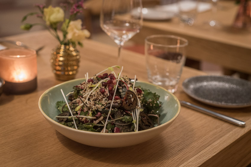 Superfood Wild Kale Salat, Quinoa, Granatapfel, Schwarze Walnuss