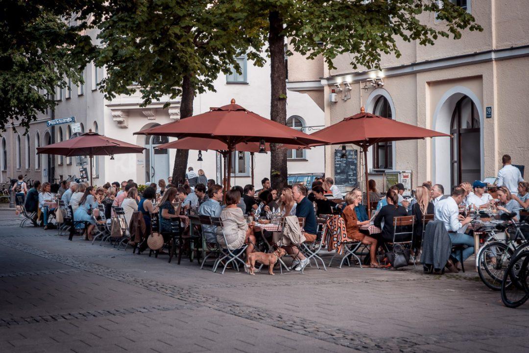 Die Terrasse von Chez Fritz am Preysingplatz
