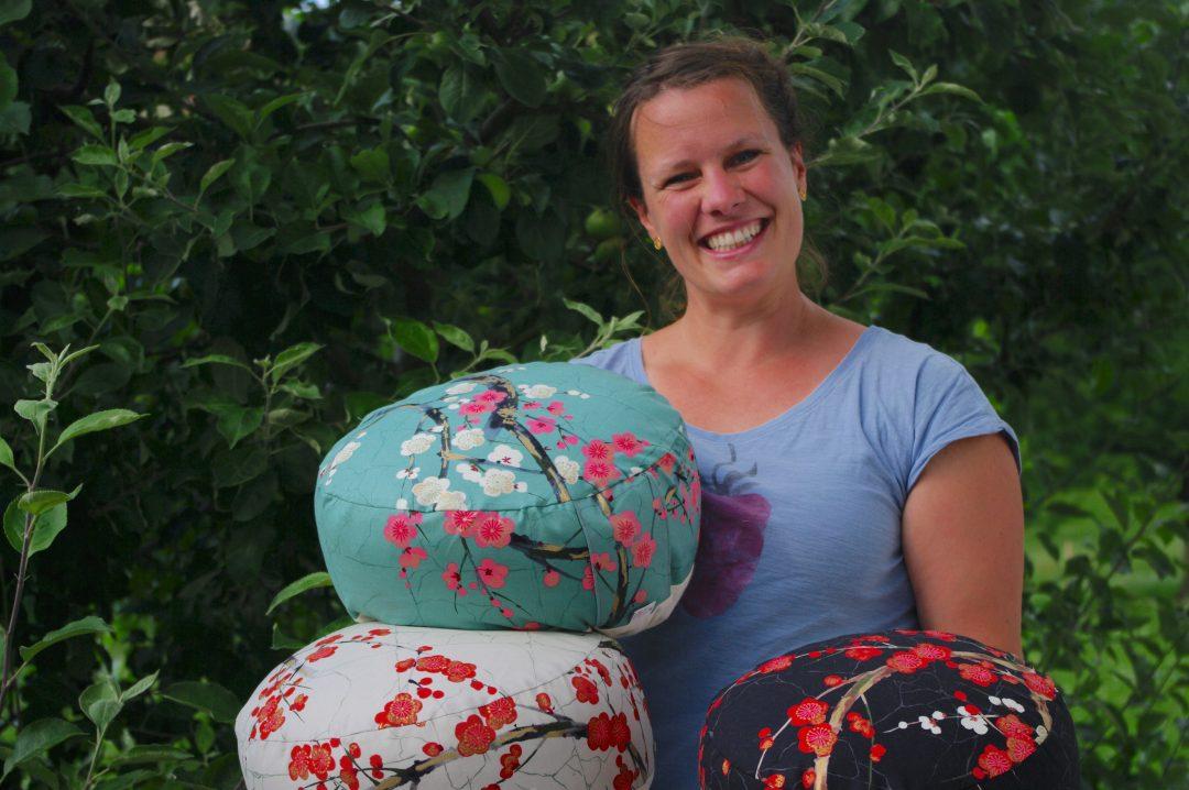 Silvie Stenzel von Goldwerk mit ihren Kissen