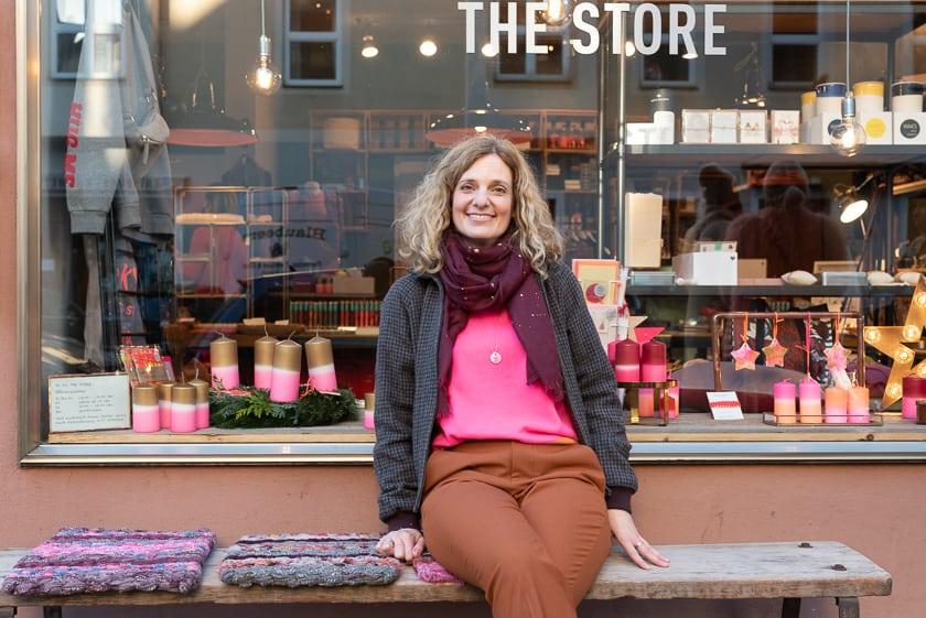 Daniela Küpperfahrenberg vor ihrem Laden DK Stil in der Siegfriedstraße